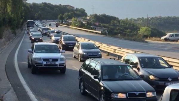 Pushuesit nga Kosova dynden drejt Shqipërisë, radhë kilometrike në aksin Morinë-Kukës