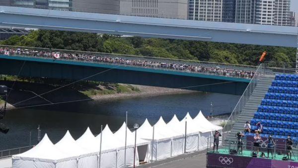 Jo në stadium, por mbi urë, japonezët gjejnë mënyrën për të ndjekur Lojërat Olimpike