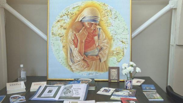 111-vjetori i Nënë Terezës. Mes librave dhe pikturave, në ditëlindjen e shenjtores shqiptare