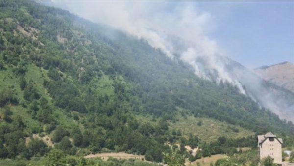 Pyjet digjen prej ditësh në Kukës, helikopteri po punon për shuarjen e flakëve