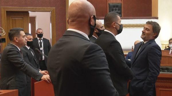 Ndërpritet seanca e Kuvend, opozita kërkon praninë e kryeministrit