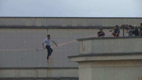 70 metra mbi tokë, 27-vjeçari ecën mbi litar nga Kulla Eifel në Teatrin Chailot