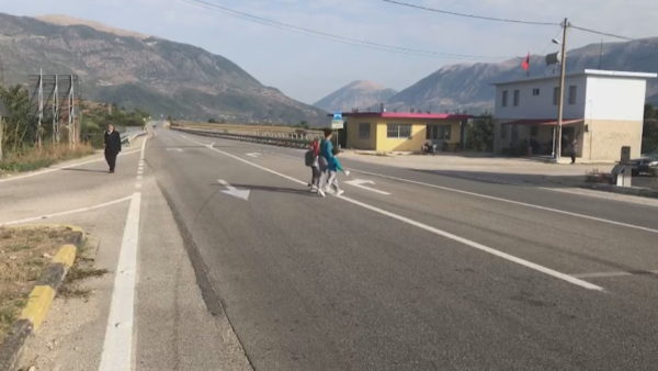 Nxënësit në Gjirokastër, rruga për në shkollë përmes aksit nacional