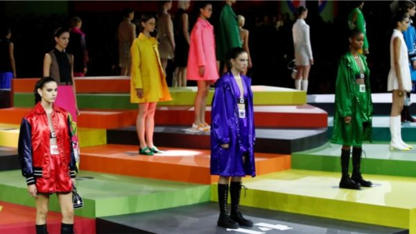 Java e modës në Paris, Dior prezanton një koleksion shumëngjyrësh