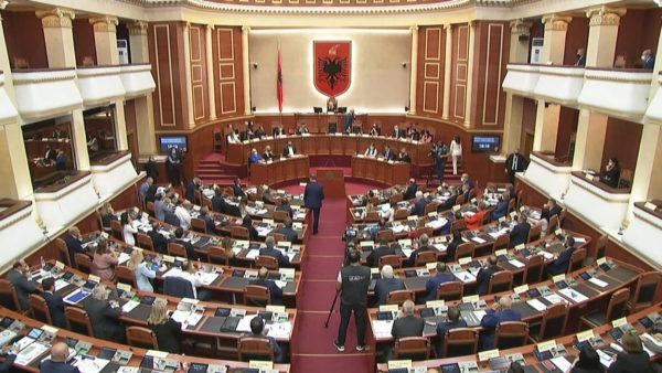 Qeveria merr 77 vota: Rama shtrin dorën, Basha kërkon zgjidhje politike