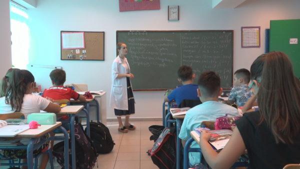 Shkolla me skenarë anti-covid: Tirana, mësim me 2 deri 4 turne dhe orë 30 minuta