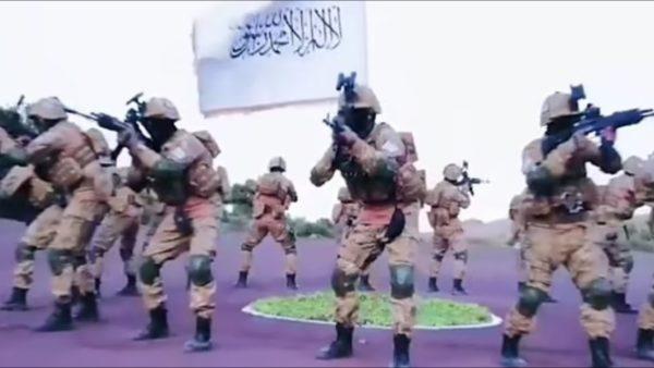 Brenda paradës ushtarake të talebanëve, arte marciale dhe jelekë me eksplozivë