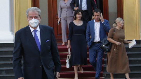 Berisha dorëzon shkresën në Kuvend: Jam deputet i Partisë Demokratike
