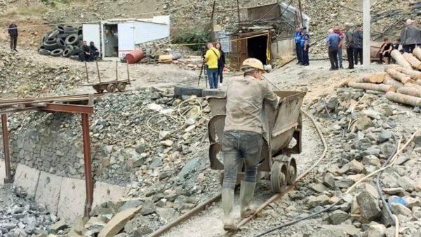 48 orë kërkime, por asnjë shenjë të 61-vjeçarit të bllokuar në nëntokën e Bulqizës