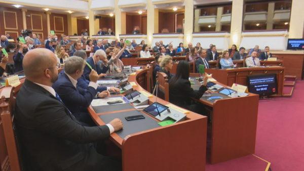 Kuvendi kthen 31 drafte, nga amnistitë tek ulja e rrogave të deputetëve