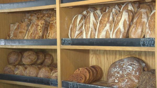 Shtrenjtohet buka, çmimi rritet me 10 lekë nga disa furra. Shkak, mungesa e grurit
