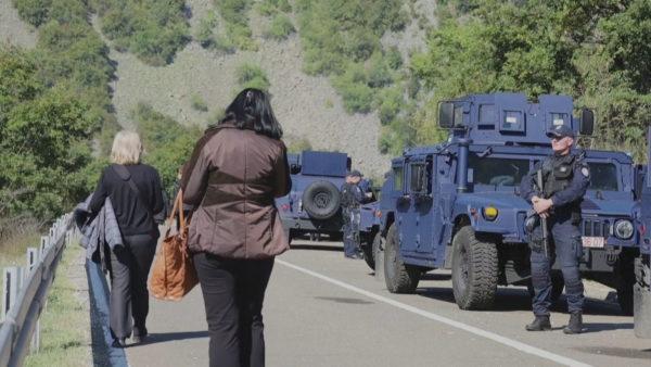 Bllokada në kufijtë e Kosovës, serbët morën mbi 10 000 targa