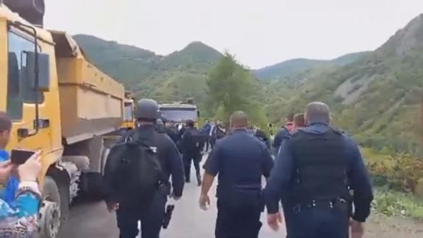 Tensione në kufirin Kosovë-Serbi, forcat speciale hedhin gaz lotsjellës ndaj protestuesve