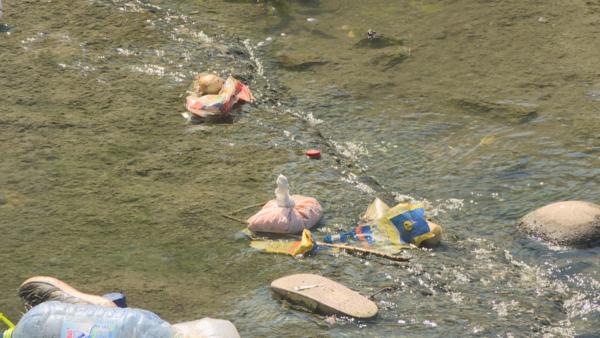 Ndotja nga plastika, tregtimi nuk kryhet me trasta, qeset përfundojnë në lumë