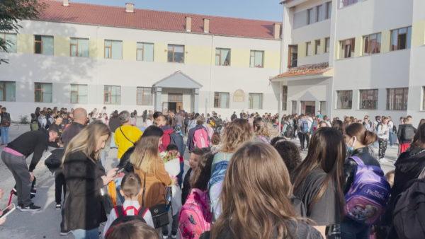 Mësimi me turne në Korçë, prindër dhe nxënës tregojnë problematikat