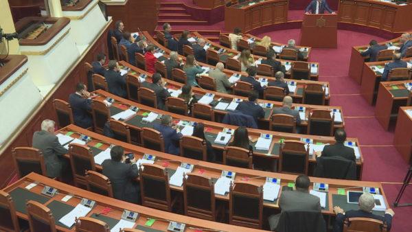PS e PD dominojnë sallën. Parlamenti me dy grupe, aleatët i kërkojnë hua Bashës