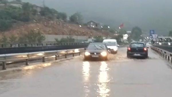 Reshje të dendura shiu në Kukës, përmbyten rrugët, vështirësi në qarkullim
