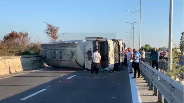 Kavajë-Durrës, aksidentohet trajleri, bllokohet lëvizja e automjeteve