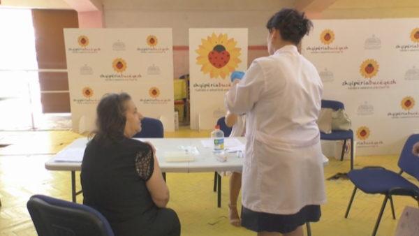 Vaksinimi në Vlorë, rregullat po afrojnë studentët tek vaksina
