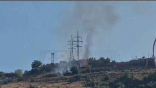 Zjarr në kodrat e Pogradecit, pranë shtyllave të tensionit të lartë