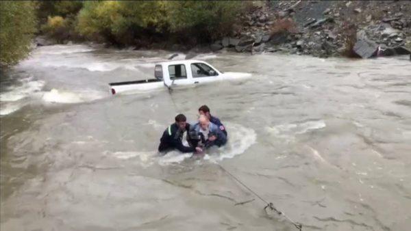 Turistët hungarezë bllokohen në mes të lumit, i shpëtojnë zjarrfikësit
