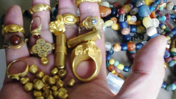 49542111 10122973 A handful of gold rings beads and sandalwood gold coins of Srivi a 91 1634988785007 600x338