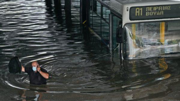 """Moti i keq në Greqi, stuhia """"Balos"""" përmbyt rrugë, shkolla e banesa"""