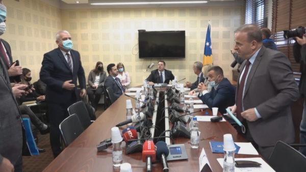 """""""Dilni jashtë!"""". Tensione në komisionin për siguri në Kosovë, përplasje e ashpër mes kryetarit dhe ministrit"""