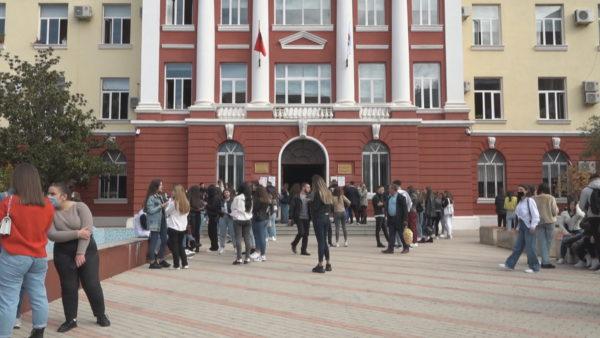 Dita e parë në universitet, studentët hyjnë në auditorë me dhe pa vaksinën, fakultetet tolerante