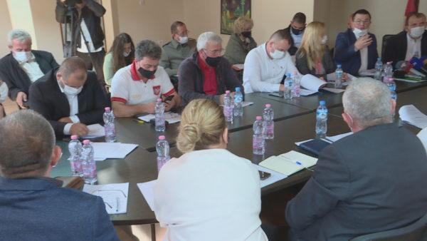 Përmbytjet, 16 rezervuare në Tiranë në gjendje alarmante, Prefekti: Merrni masat urgjentisht