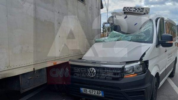 Aksident në aksin Pogradec-Lin, furgoni përplaset me kamionin