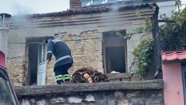 Zjarr në një banesë në Korçë, raportohet për 1 viktimë