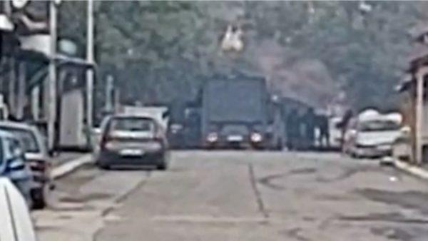 Trazira në veri të Kosovës, digjet një makinë e policisë