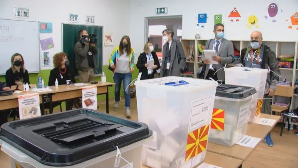Zgjedhjet në Maqedoninë e Veriut, vonesa e ndërprerje. Probleme me aparatët biometrikë