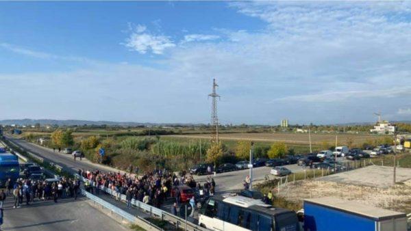 Kundër barrierave metalike, banorët e Lushnjes bllokojnë rrugën dhe krijojnë radhë kilometrike