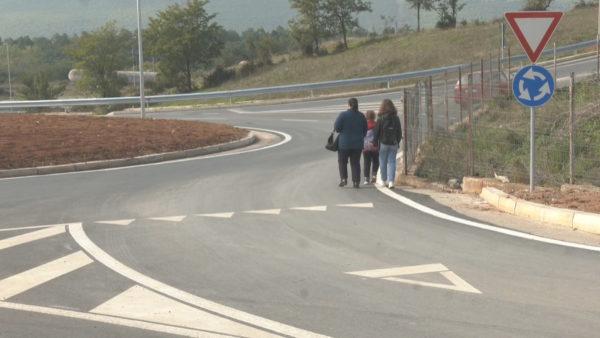 Nxënësit rrezikojnë jetën në rrugën pa trotuar, prindërit në protestë